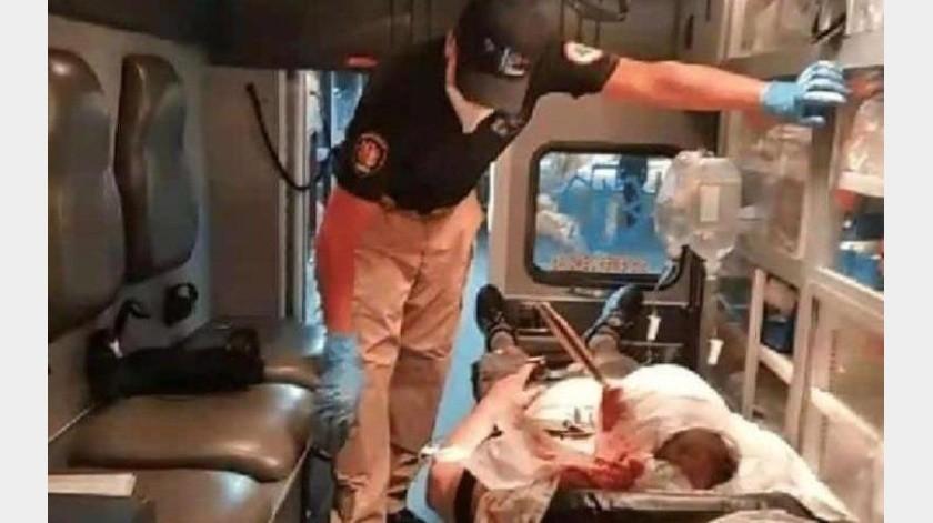 Un hombre fue encontrado con un cuchillo encajado en la cabeza tras una riña.