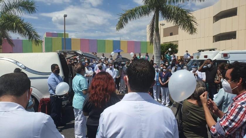 Compañeros, amigos y familiares dieron el último adiós al doctor Gregorio Ávila en Obregón.(Mayra Echeverría)