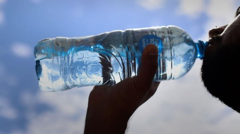 Durante estos días calurosos se recomienda tomar abundante agua para evitar deshidratarse.
