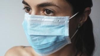 Algunos recomiendan las mascarillas de tela que se pueden volver a usar, pero para muchos la opción más simple es la quirúrgica, que no es reutilizable. ¿Cómo nos deshacemos de ella después de utilizarla?