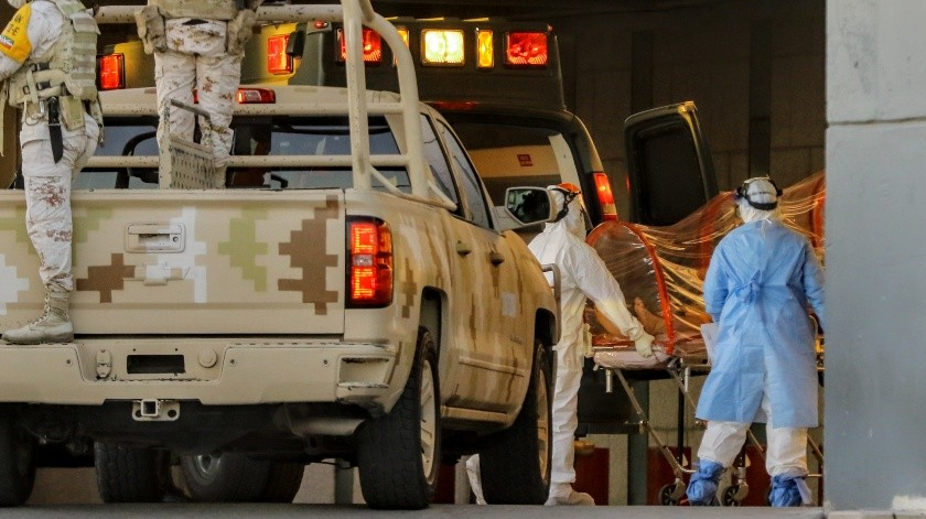Una ambulancia militar traslada a un paciente con coronavirus a la clínica 14 del IMSS.