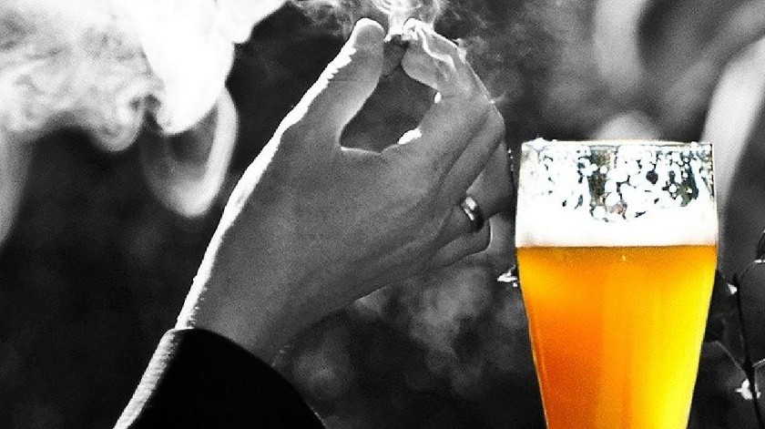 "Pareja le trae cerveza caliente para ver Netflix y la ""muele a golpes""(Pixabay)"