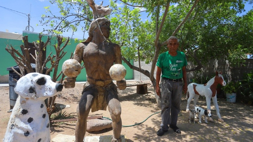Un danzante, un perro y un potrillo adornan el patio de don Arturo Zepeda Martínez, el cual se ubica por la Calle 10, en la colonia Bugambilias.(Anahí Velásquez)