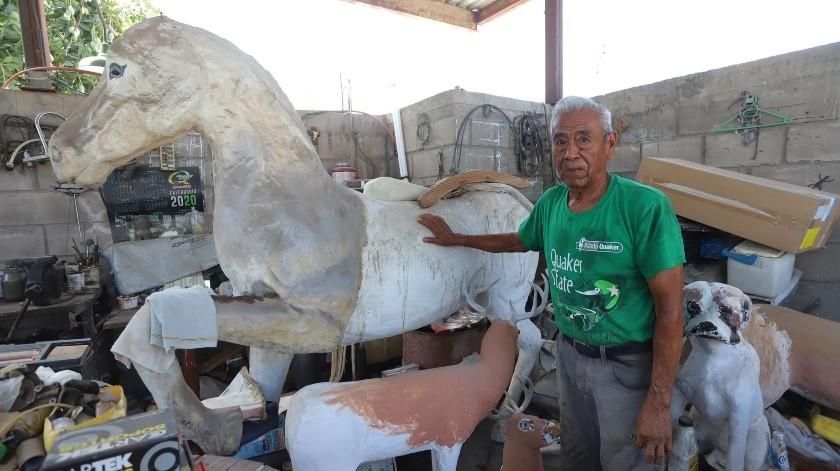 Un caballo de medida real es el proyecto en el que trabaja don Arturo en estos días.(Anahí Velásquez)