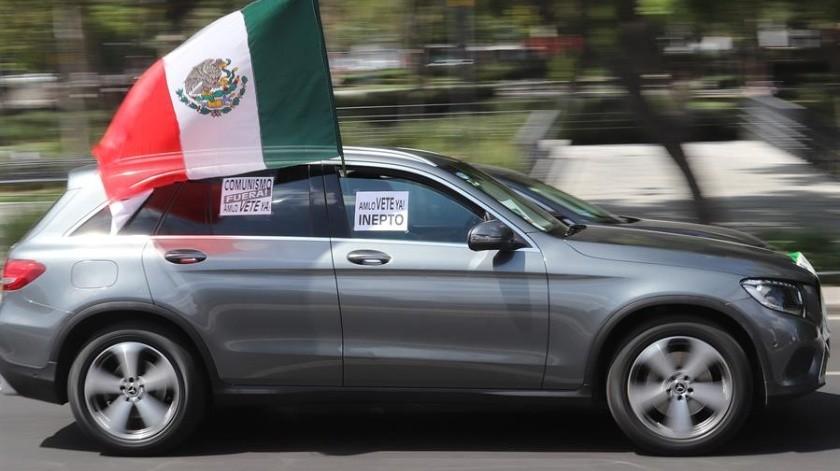 """Cientos de mexicanos en distintas ciudades, entre ellas la Ciudad de México, asistieron este sábado y domingo a un cuarto """"claxonazo"""", una sui generis protesta en coche, para pedir la renuncia del presidente Andrés Manuel López Obrador.(EFE)"""