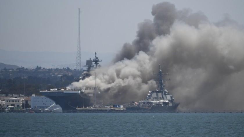 El barco está estacionado en la base naval de San Diego y, por el momento, se desconoce la causa del fuego y el impacto que pueda tener en la estructura del navío.(AP)