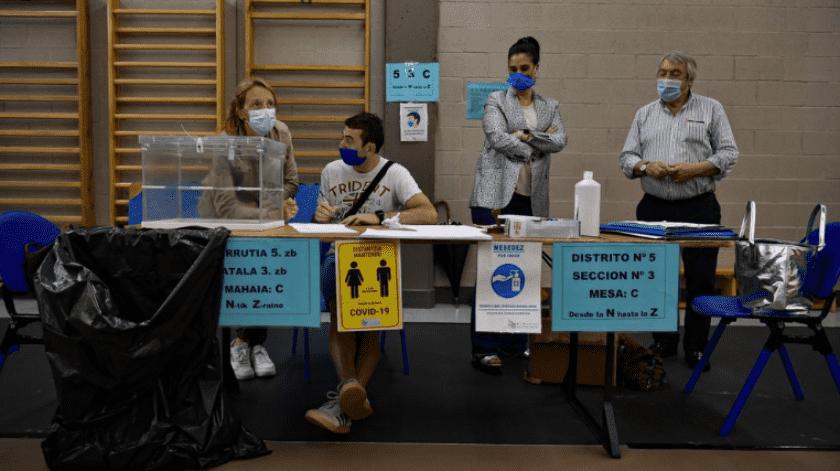 España: Dos regiones acuden a votar pese a brotes de coronavirus(AP)