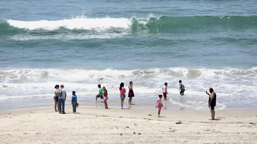 La autoridad invita a los ciudadanos a salirse de la playa.(GUSTAVO SUÁREZ)