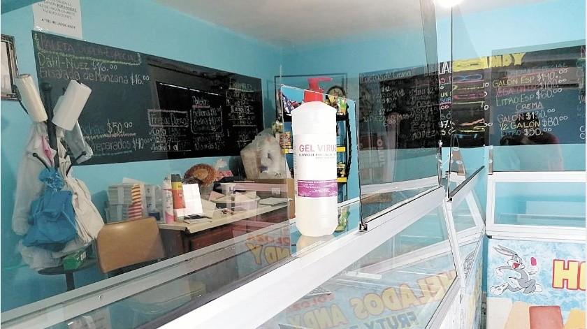Los pequeños negocios deben contar ahora con gel antibacterial para los clientes y algunos optaron por colocar mamparas de acrílico.(Especial)