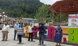 Gracias a quienes le donaron ropa, zapatos y el boleto de avión, el joven ha regresado a su hogar en Veracruz