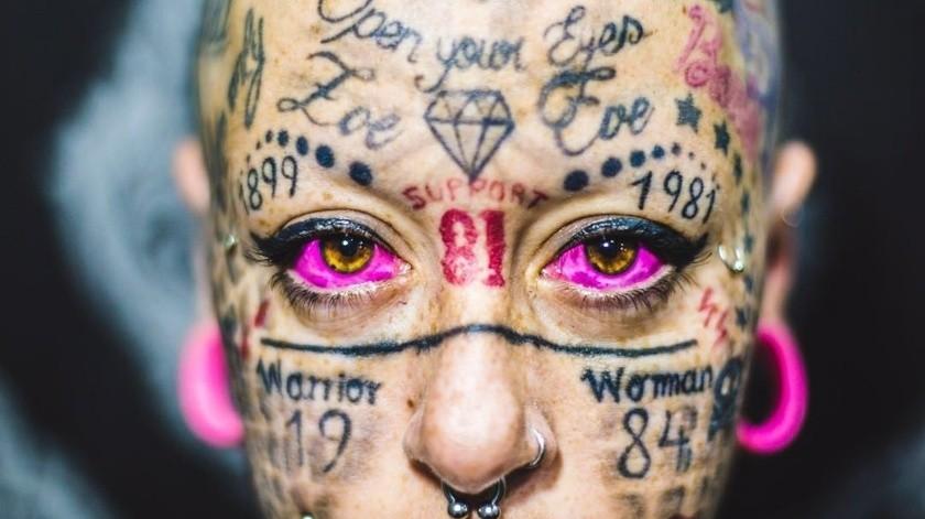 Mujer que tiene todo su rostro tatuado dice que extraña su cara