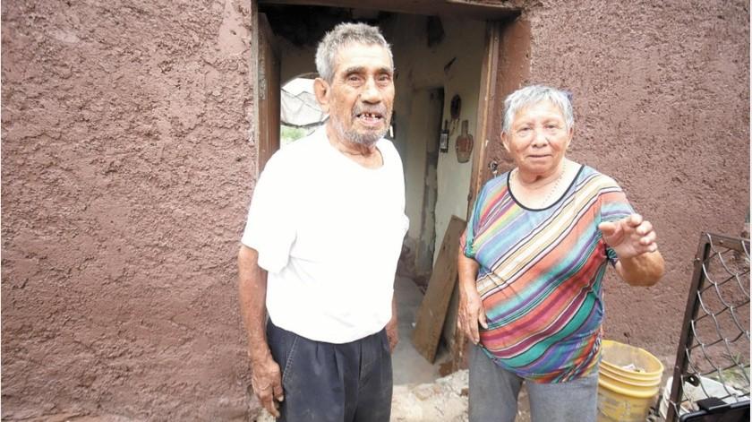 María Ocaño y Óscar Mada se quedaron sin abanico y con las altas temperaturas les resulta imposible estar adentro de la vivienda.(Especial)