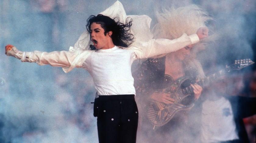Michael Jackson durante su presentación enel espectáculo de medio tiempo del Super Bowl en Pasadena, California.(AP)