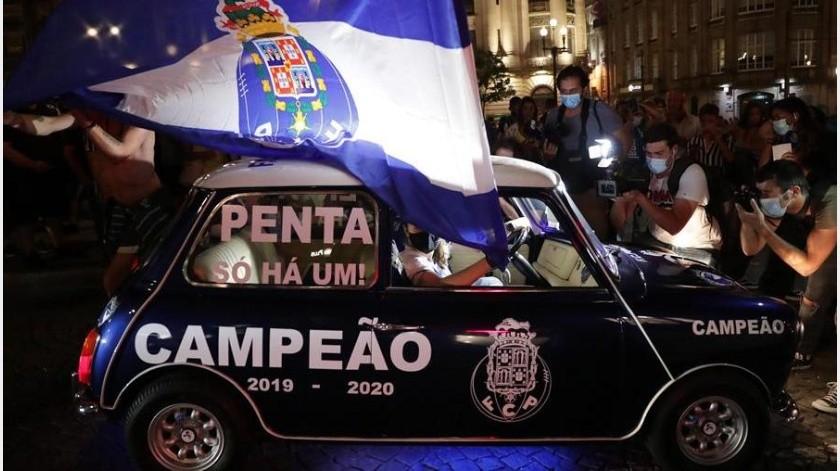 Fanáticos salen a las calles a festejar el campeonato del Porto(EFE)