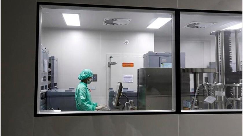 El presidente del Departamento de Salud de Abu Dabi, Sheikh Abdalá bin Mohamed Al Hamed, fue el primer paciente en ser vacunado, según un comunicado del Gobierno emiratí.(EFE)