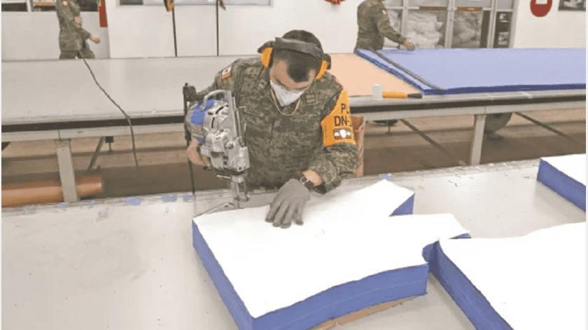 Ejército ayuda a médicos ante coronavirus: fabrica sus uniformes(El Universal)