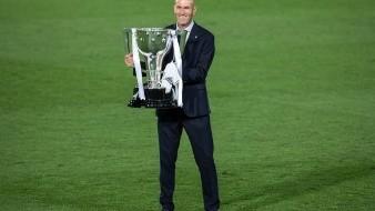 Zinedine Zidane, con el trofeo de campeón en la Liga de España.