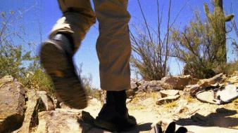 Rescatan a hombre con su primo muerto en el desierto de Arizona