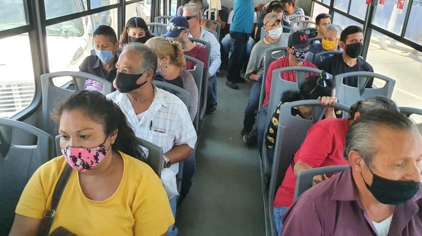En la unidad del Transporte Urbano SIT-0096, de la Línea 19, no les fue posible a los pasajeros respetar la sana distancia, pues mencionan que tardó más de una hora en pasar.(Julián Ortega)