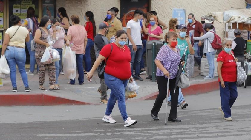 APROVECHAN EL DÍA. La agradable temperatura y el nublado, fueron ideales para que muchos hermosillenses acudieran ayer a realizar sus compras al Centro de la ciudad.(Julián Ortega)