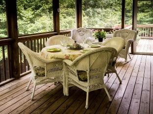 Tu patio siempre debe crear una sensación cómoda, percibiéndose como una extensión del hogar: éstas son sólo algunas ideas para detonar su potencial decorativo.