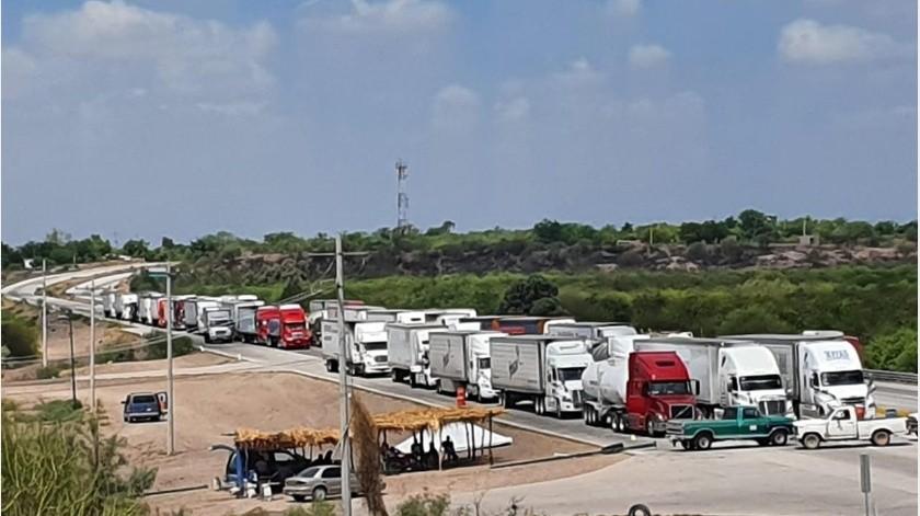 El cierre de la carretera federal no es total durante este día, autos, camiones y autobuses pueden circular luego de cubrir una cuota económica a los yaquis.(GH)