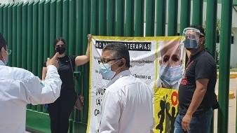 Por sus hijos con cáncer exigen respuesta a autoridades del IMSS con manta