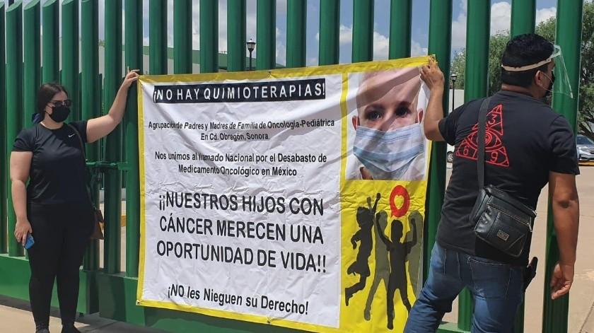 Padres de familia de niños de oncopediatría del IMSS se manifestaron por el desabasto de medicamento, pero ya tratan el tema con las autoridades.(Mayra Echeverría)