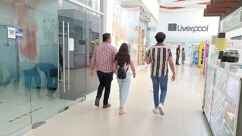 Poco a poco empiezan a acudir personas a plazas comerciales en la ciudad al reactivarse los comercios.(Julián Ortega)