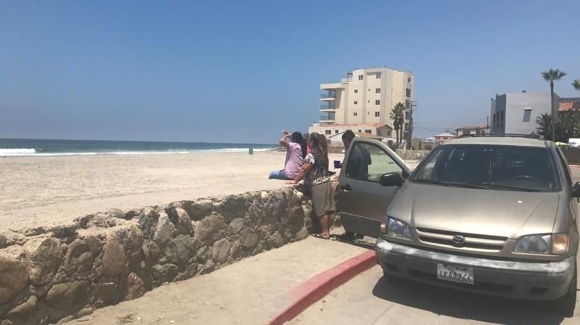 Desde Tijuana, la familia Pérez visitó Rosarito para disfrutar unos momentos de la vista del mar.(Carmen Gutiérrez)