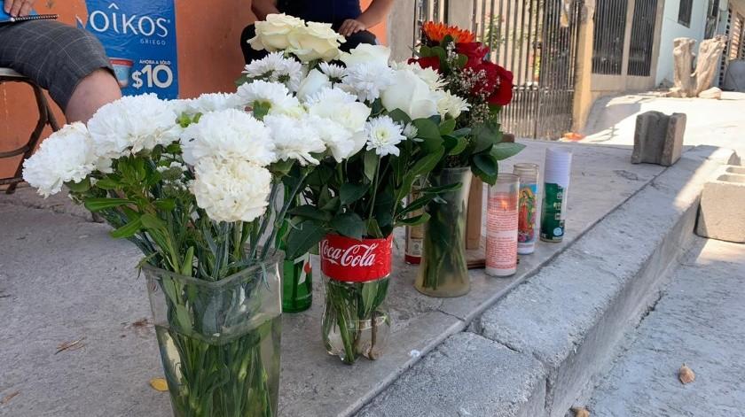 Vecinos  colocaron una ofrenda floral donde quedó el cuerpo de Brando Iván.