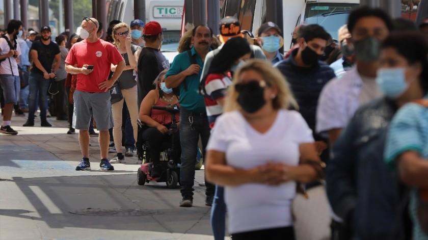Con largas filas desafían al coronavirus en la frontera(Sergio Ortiz)
