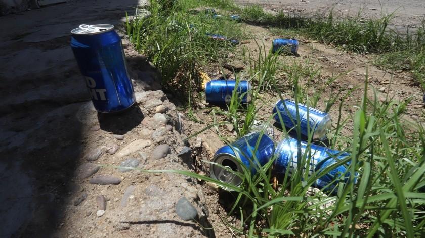 En algunos de los reportes que recibe Inspección y Vigilancia sólo encuentran tirados los botes de cerveza.(Teodoro Borbón)