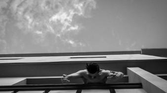 Ángel Arámbula interpreta Arquitectura Efímera, que explora el espacio a través de la danza.