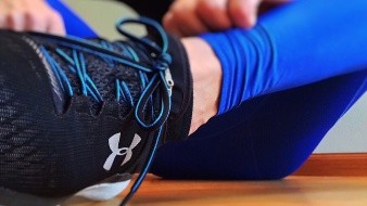Destacó que es importante el uso de calzado con buena amortiguación de suela y de tacones no mayores a cinco centímetros, por ejemplo blandos, de altura media y con cámara de aire.