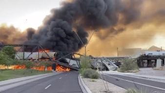 Un tren de carga que avanzaba sobre un puente que atraviesa un lago en un suburbio de Phoenix se descarriló el miércoles, por lo que se incendió el puente y colapsó parcialmente su estructura, informaron funcionarios.