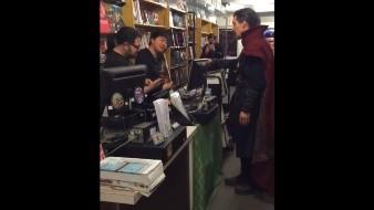 Benedict Cumberbatch dejó paralizados del asombro a los compradores y saludando a los encargados.