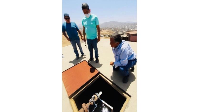 El funcionario estatal, acompañado de los vecinos del Fraccionamiento Vista Hermosa en la Colonia 89 y personal técnico de la entidad, inspeccionó las instalaciones del tanque de almacenamiento que abastece a esta comunidad.