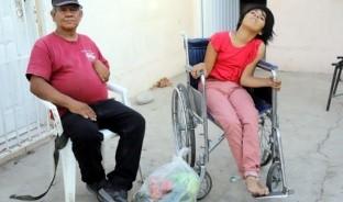 Es un hombre que sólo puede mover la mitad de su cuerpo y debe cuidar de una joven de 16 años, quien también vive con discapacidad, por eso vende dulces y pide ayuda a la comunidad de Hermosillo para salir adelante.