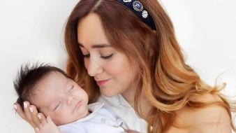 Desde el nacimiento de su pequeño, la actriz no ha dejado de compartir fotos y videosdonde se ha observado la evolución de su primogénito.