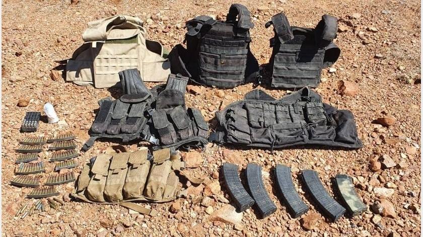 Equipo táctico, cargadores y cartuchos para arma de fuego, fueron asegurados por autoridades estatales y militares en operativos realizados en la región de Estación Llano y Cucurpe.(Especial)