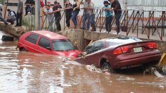 Graniza del tamaño de canicas, crece arroyo y arrastra autos