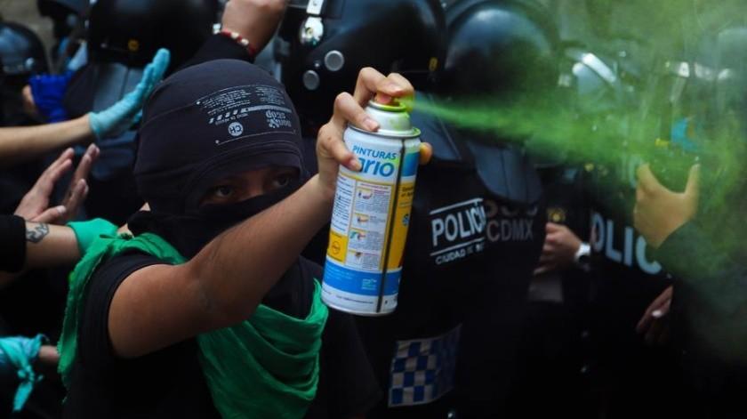 Reportan 8 policías lesionadas en protestas por rechazo de propuesta de aborto en SCJN(EFE)