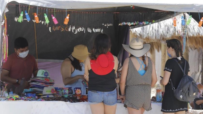 EMPIEZAN LAS VENTAS Los comerciantes recibieron pocos visitantes en sus puestos.(Julián Ortega)
