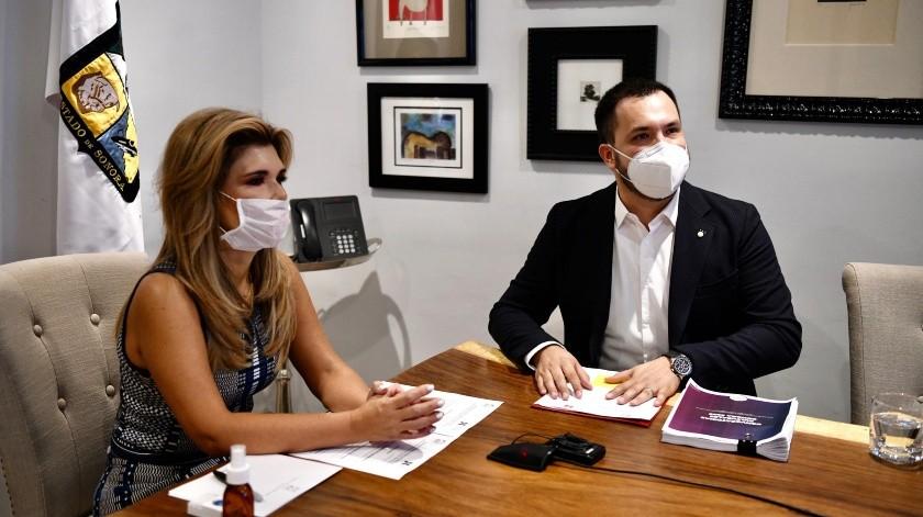 La gobernadora Claudia Pavlovich acompañada por Mario Welfo Álvarez Beltrán, director del ISC.(EL IMPARCIAL)