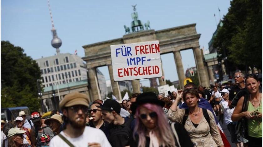 Miles de manifestantes se movilizaron hoy en Berlín, convocados por organizaciones de signo diverso incluidos grupos ultraderechistas, en contra de las restricciones impuestas por la pandemia de coronavirus(EFE)