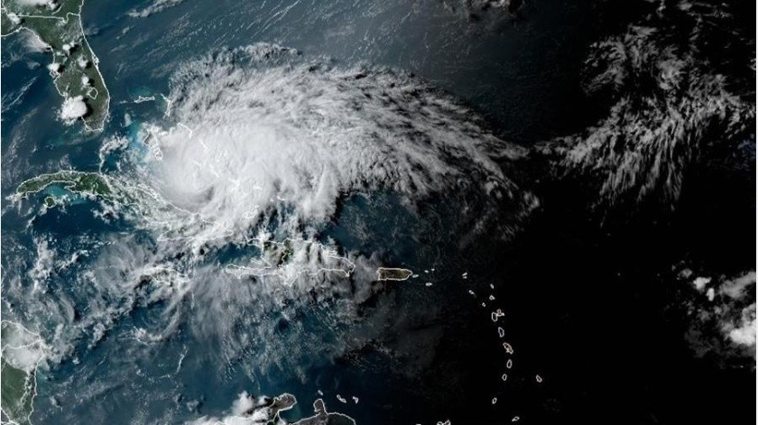"""Aunque """"el ojo de la tormenta se quede fuera de la costa, tendremos impactos"""", adelantó el gobernador sobre la aproximación de Isaías,(EFE)"""