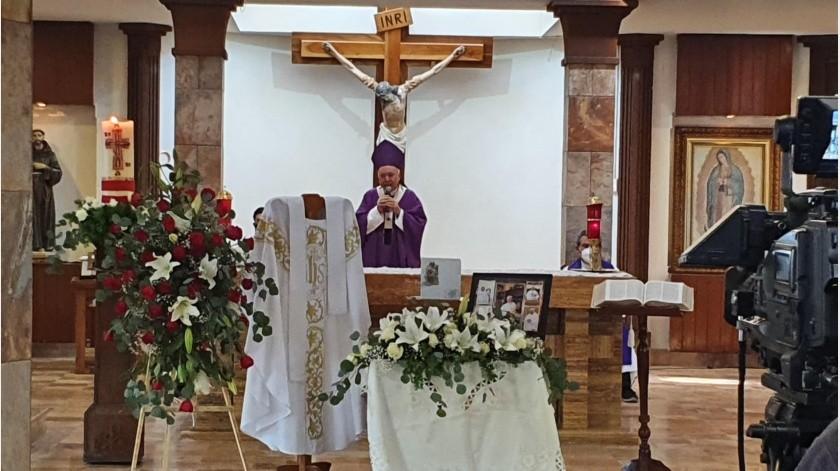 El arzobispo Ruy Rendón Leal fue el encargado de oficiar la ceremonia para despedir al sacerdore Hugo, quien durante más de 50 años ofreció su vida y servicio a Cristo.(Teodoro Borbón)