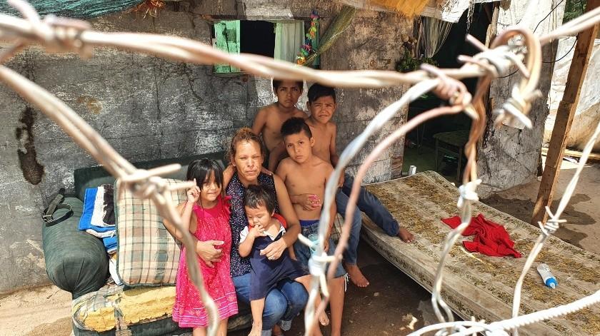Dolores Reyes comenta que no tienen cubrebocas, pues prefiere comprar un kilo de frijol y un kilo de harina para darle de comer a sus hijos; ellos viven en la invasión Tres Reynas.(Julián Ortega)