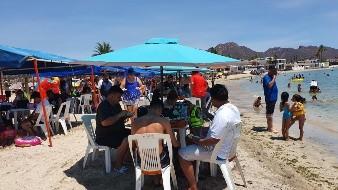 Los visitantes a la playa Miramar, en Guaymas, dejaron de lado el uso de cubrebocas
